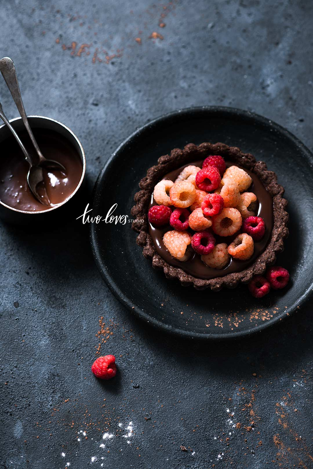 Want to capture dark food photography? Make sure you included these important tips so you can create magic, (and it's not just about having less light).