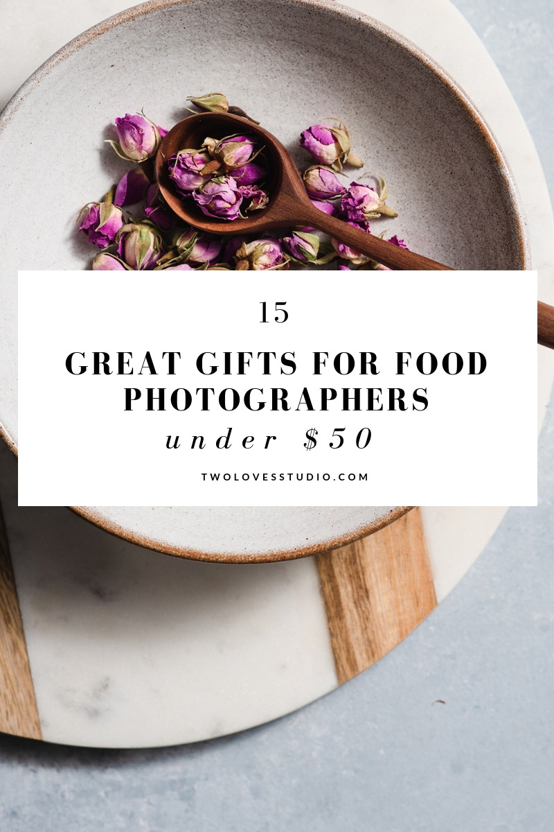 Got a food photographer friend that you need to get a gift for? Here are 15 ideas that they will love. Click to read #foodphotography #foodstyling